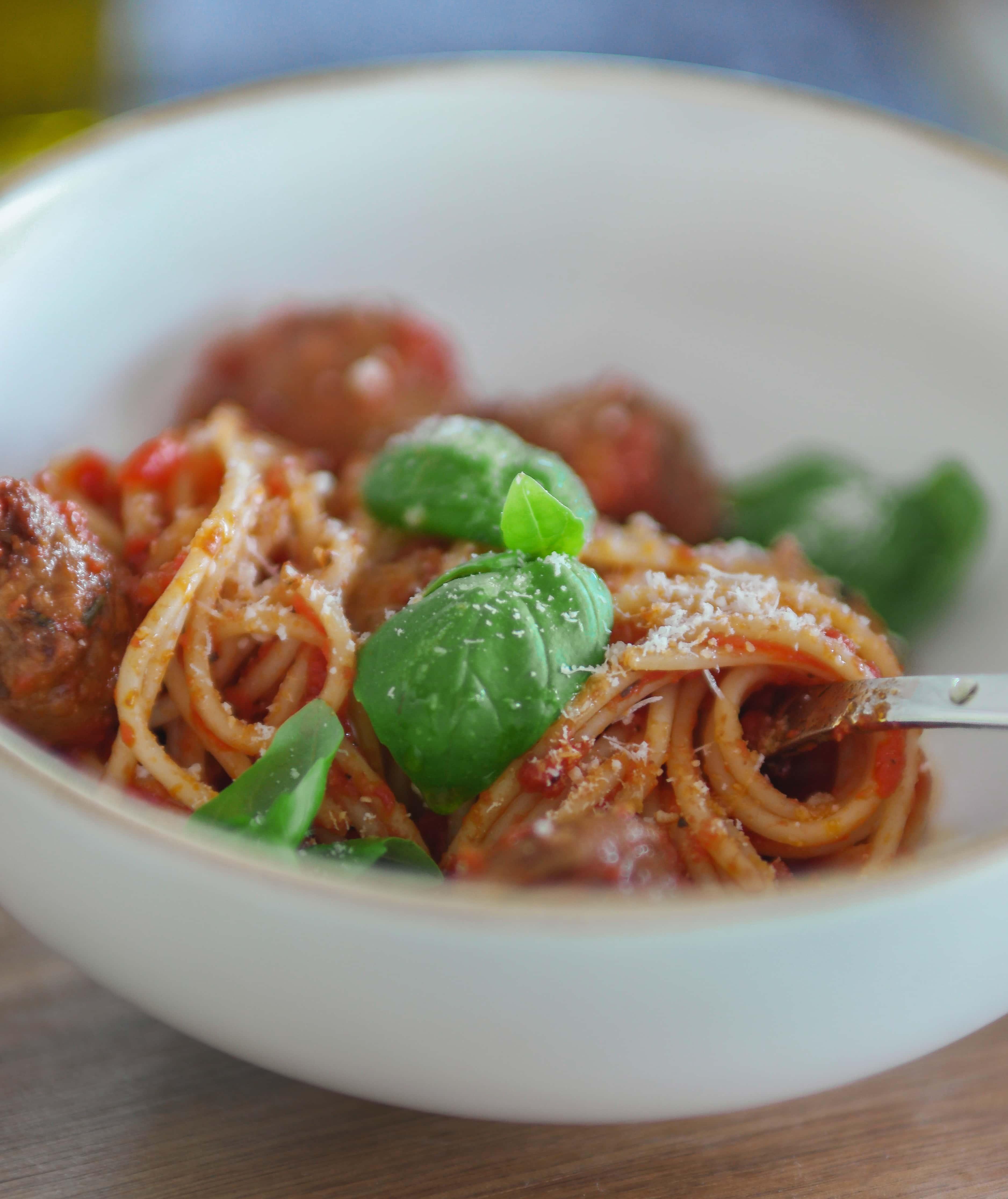 Spagetti med favvobollar i tomatsås