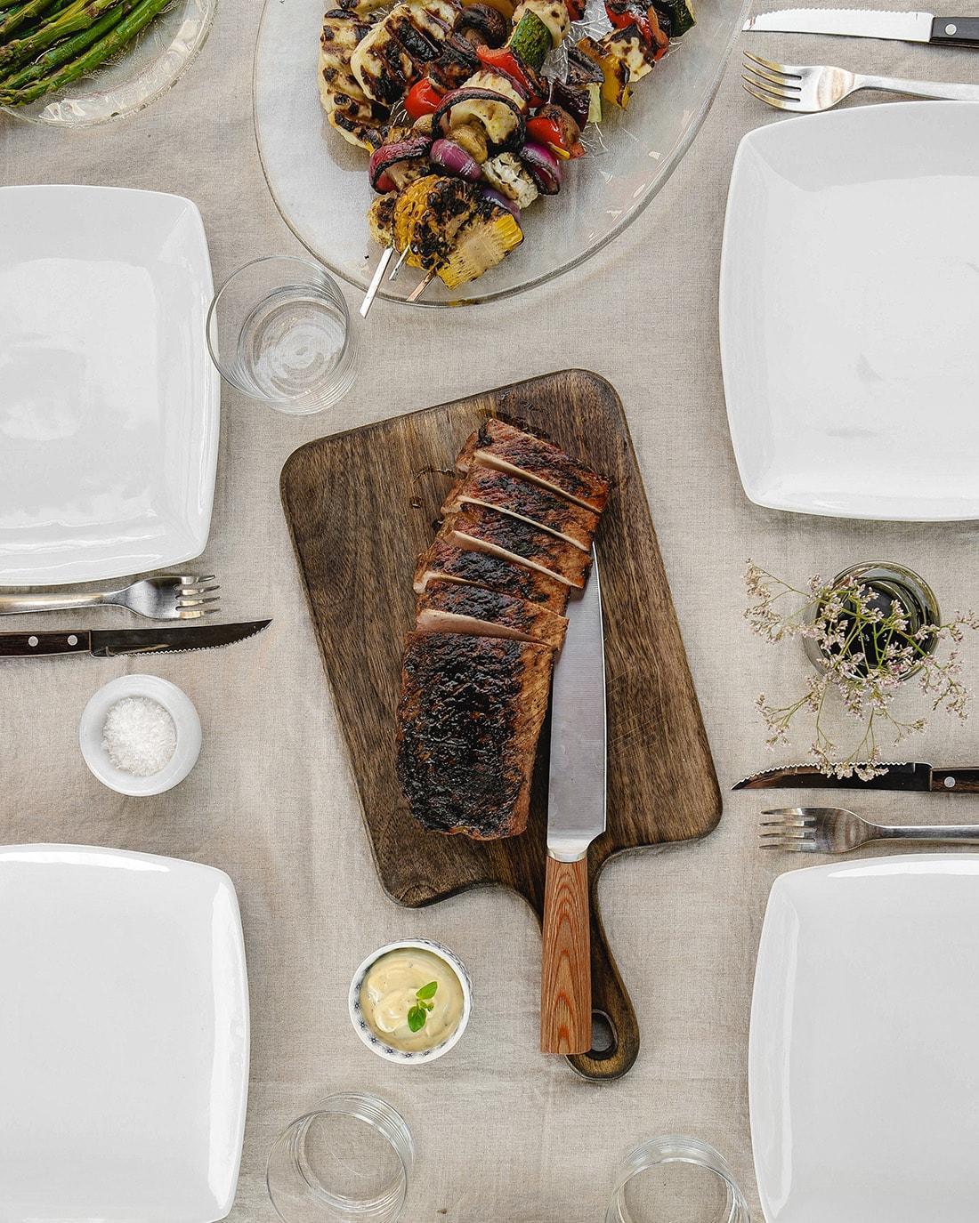 Grillkryddad fläskytterfilé med marinerade grönsaksspett och haloumi