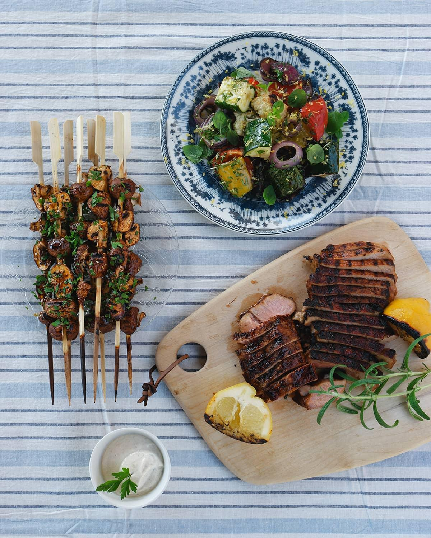 Stek-& grillbit med vitlöksmarinerade champinjonspett och yoghurtsås